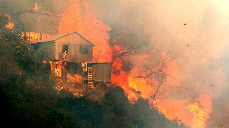 Alerta roja en Valparaíso: 100 viviendas destruidas y 400 evacuados