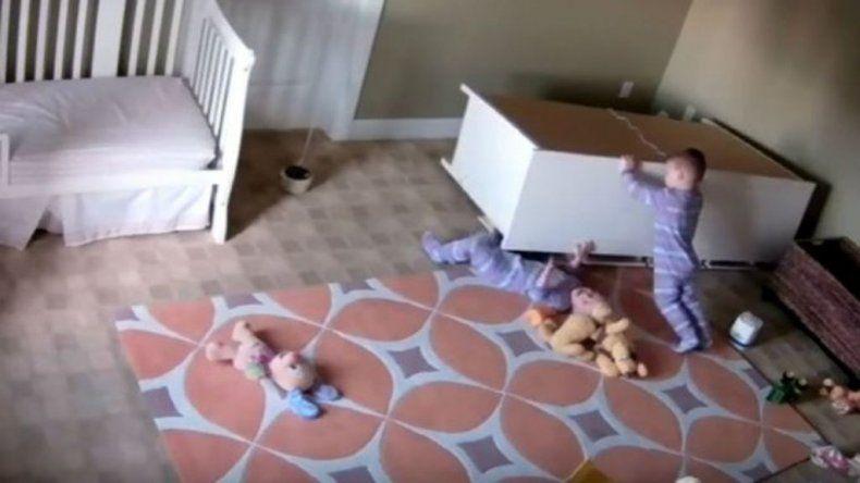 Con 2 años, levantó un mueble y salvó a su hermano gemelo
