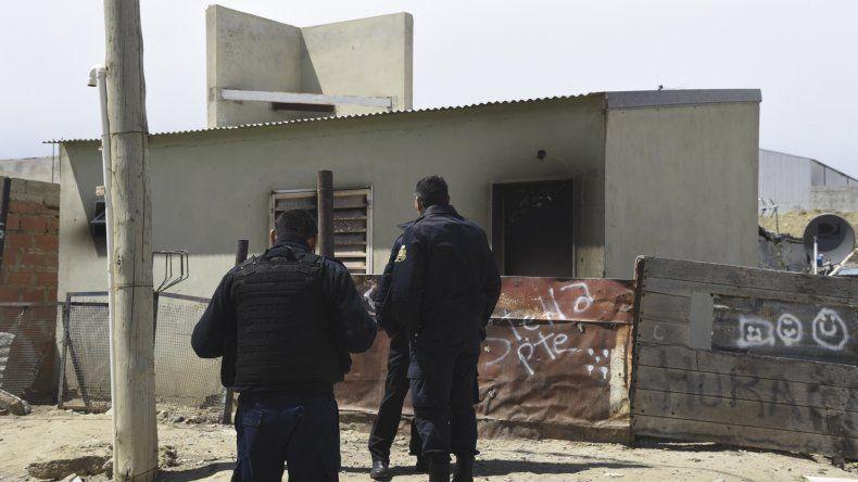 Policías de la Seccional Tercera comandados por su jefe César González y el oficial Roberto Molina ayer trabajaron en el lugar donde se produjo la brutal agresión.