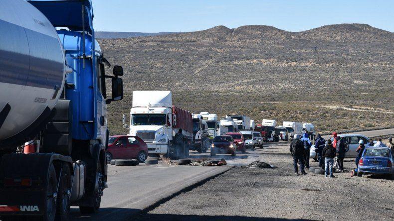 El corte de ruta que comenzó ayer se replica esta mañana en la ruta 12 que une Caleta Olivia con Cañadón Seco.