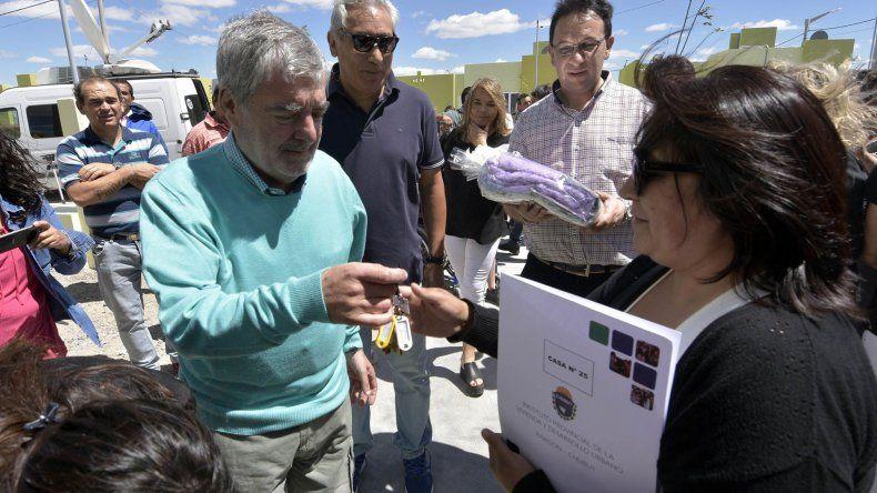 El gobernador al participar ayer de una entrega de viviendas en Trelew.