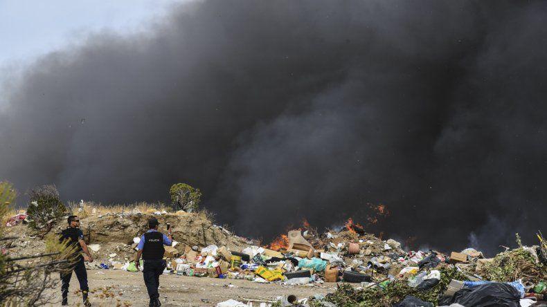 Los bomberos trabajaron durante una hora en el incendio que se originó en el basural de Rada Tilly.