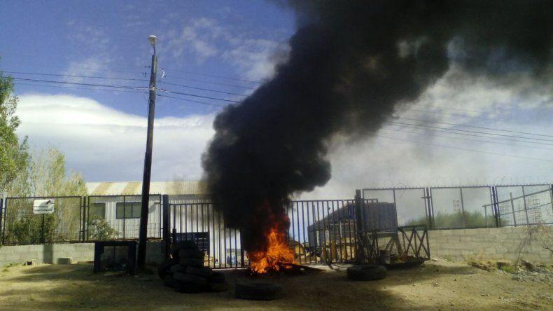 Piquete y quema de cubiertas en la base de la empresa San Andrés