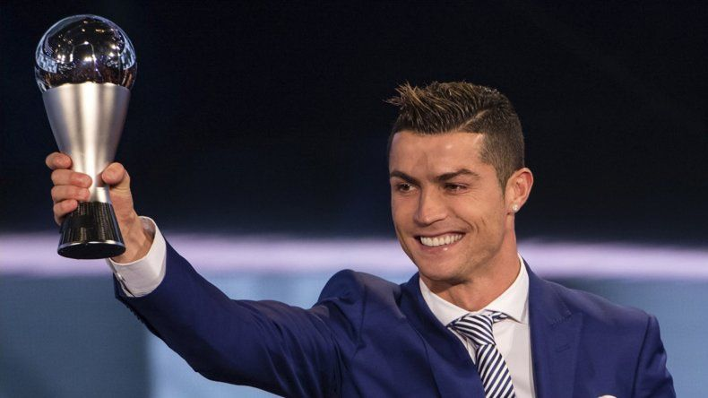 Cristiano Ronaldo y un nuevo trofeo ganado ayer en Zúrich.
