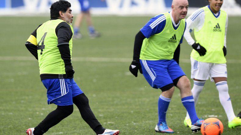 Diego jugó al fútbol con Infantino antes de la ceremonia