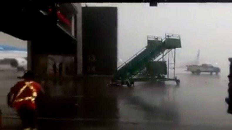 Así arrastró la tormenta una escalera en la pista de Aeroparque