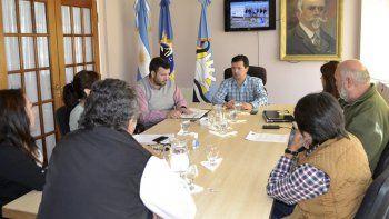El concejal a cargo del Departamento Ejecutivo del municipio de Perito Moreno, Julio Donoso (centro), se reunió ayer con directivos de la compañía minera Patagonia Gold.