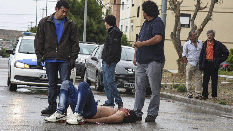 Morelli esposado luego de cortar a la anciana para arrebatarle la cartera. La víctima dijo que cuando la abordó ya estaba ensangrentado y con el torso desnudo.