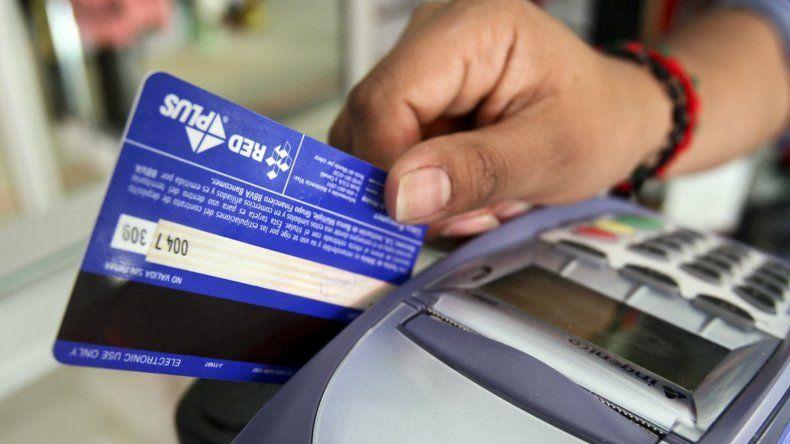 Los economistas sugieren tomar recaudos antes de extender una cuenta bancaria a los hijos menores de edad.
