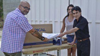 El microemprendedor Héctor Barrera recibió ayer maquinaria para continuar con su proyecto.
