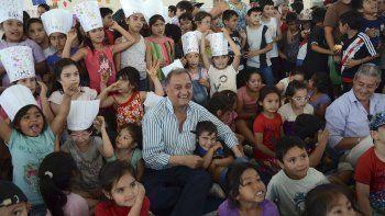 El intendente Carlos Linares recorrió ayer las colonias de verano, en las que participan más de 5.000 chicos.