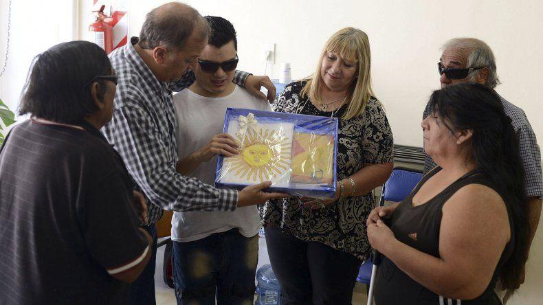 El intendente Linares donó una  bandera al Centro Luis Braille y  comprometió arreglar el utilitario