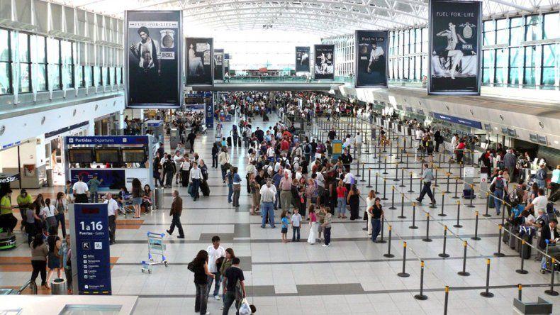 Cada vez más argentinos viajan al exterior, según una consultora