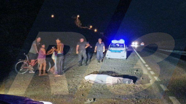 Atropelló y mató a un peatón que caminaba por la ruta
