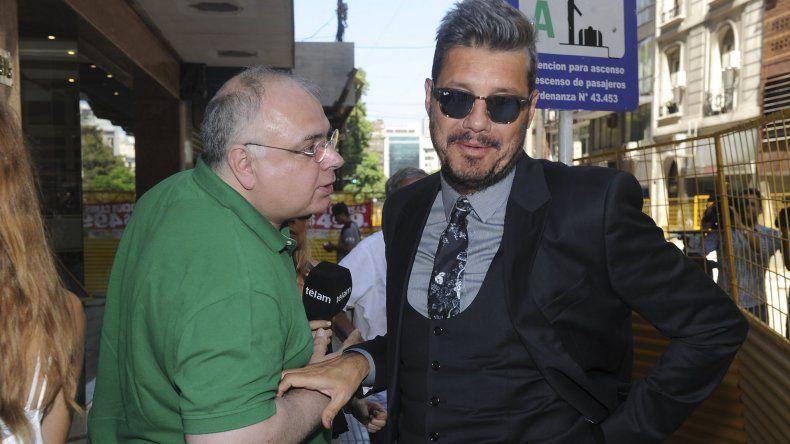 El vice de San Lorenzo Marcelo Tinelli se saluda con su par Daniel Ferreiro de Nueva Chicago.