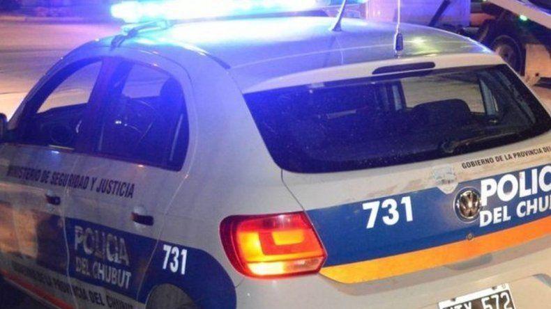 Manejaba alcoholizado un auto sin luces y chocó contra un patrullero