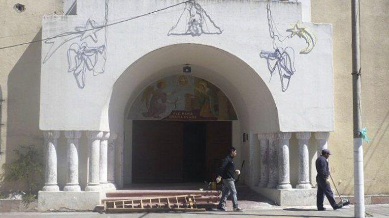 Pintan fachada de histórico colegio de Puerto Deseado