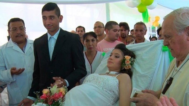 Una joven embarazada padece un grave enfermedad y se casó en el hospital