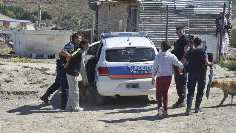 Ramón Alvarado es demorado por la Policía. Una pelea suya fue la que desencadenó el tiroteo. Los vecinos piden que Asesoría de Menores intervenga y resguarde a su hija de 12 años porque vive alcoholizado.