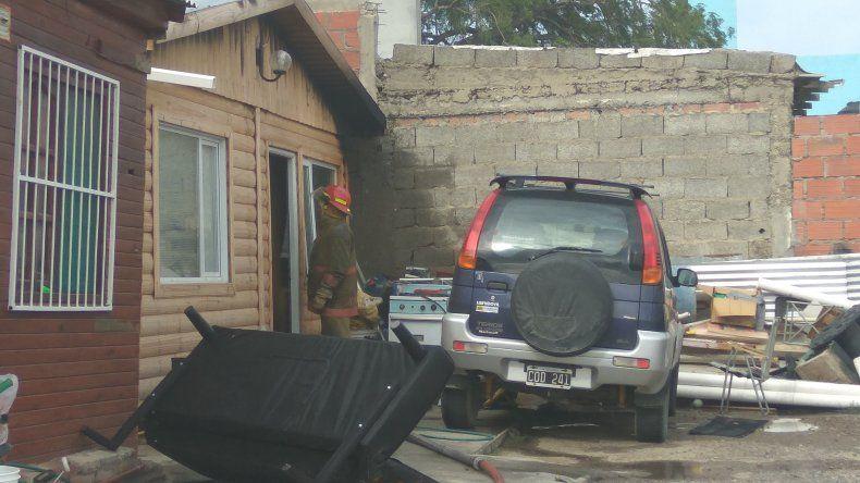 Los bomberos voluntarios del Destacamento 1 acudieron ayer a Islas Malvinas 477 para controlar las llamas que consumieron casi la totalidad de una vivienda prefabricada.