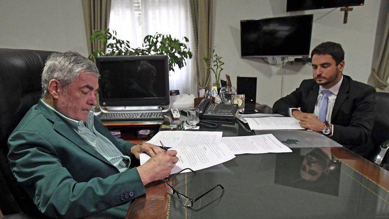 El gobernador Mario Das Neves firmó ayer el pedido de destitución de la juez Raquel Tassello.