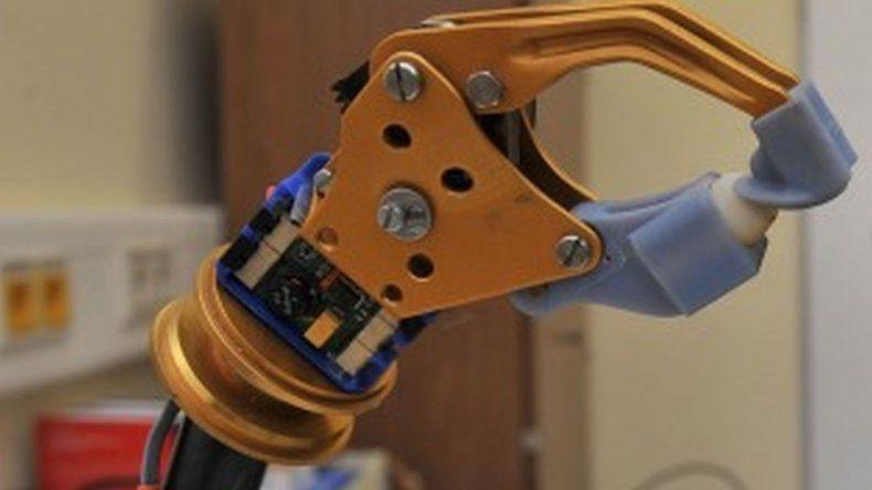 Prótesis de brazo capaz de detectar señales de la médula espinal