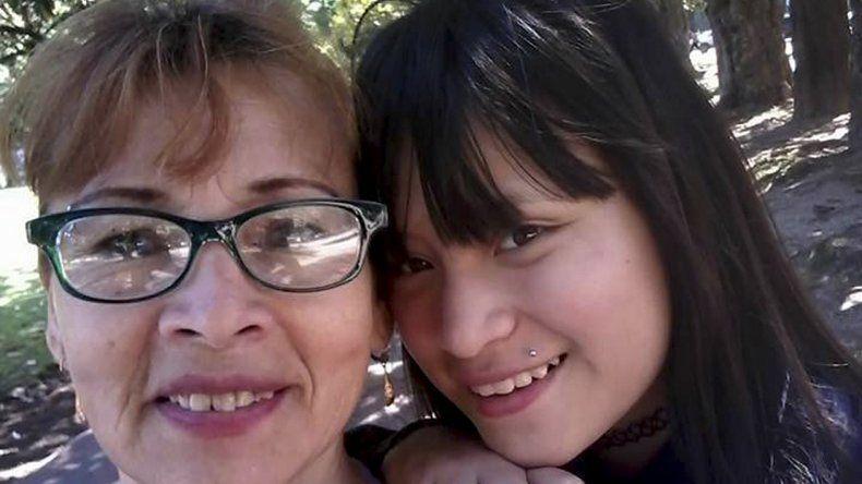 Una mujer y su hija adolescente fueron halladas enterradas en el patio de una casa.