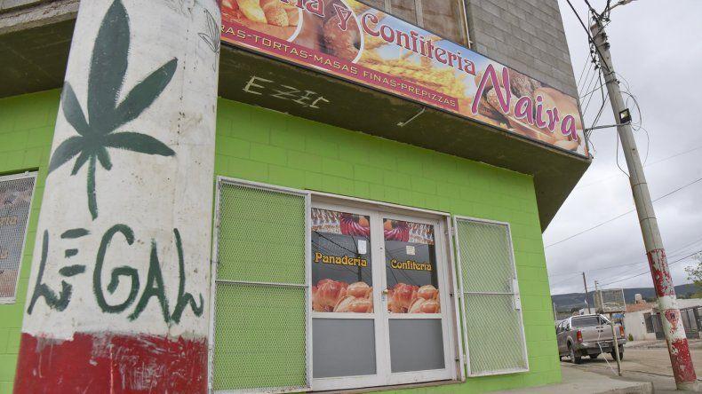 La panadería Naira ya había sido asaltada de la misma forma por dos delincuentes en setiembre del año pasado. En esa oportunidad además del celular de la empleada se llevaron hasta las moneditas de la caja registradora.