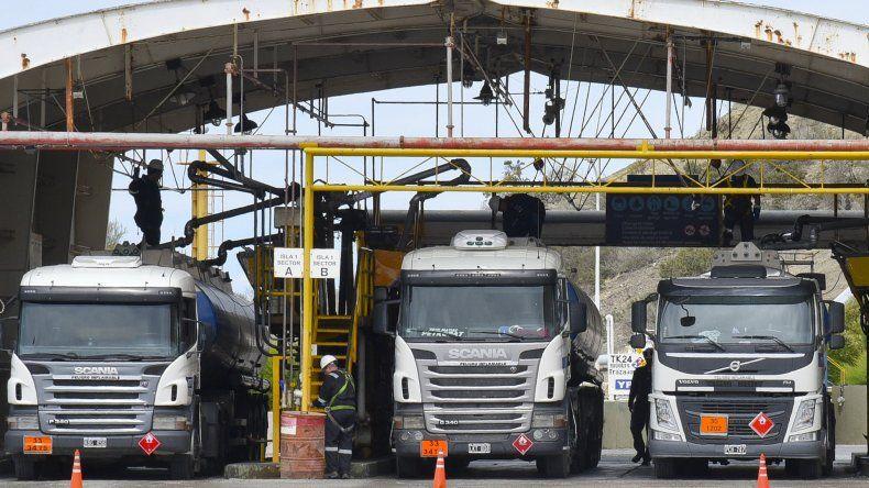 Toma levantada. De inmediato comenzaron a salir los camiones cargados con combustible para abastecer las estaciones de servicio.