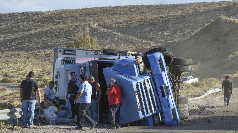 Un camión volcó en la  bajada de los palitos