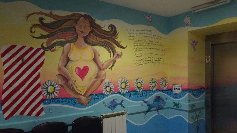 Artistas pintan la sala de maternidad del Regional
