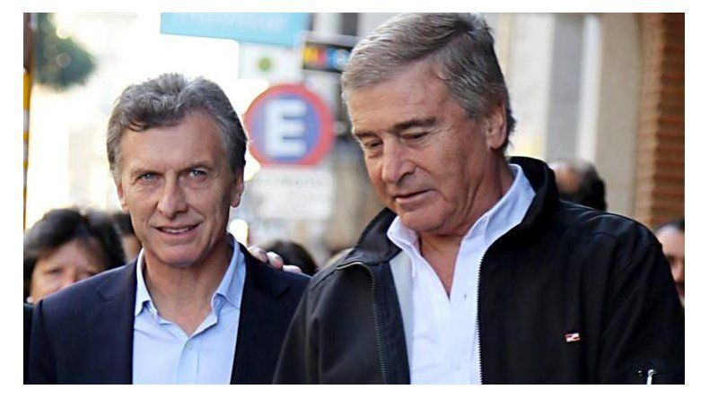 El Presidente y su ministro de Comunicaciones imputados en un caso que despierta sospechas de corrupción.