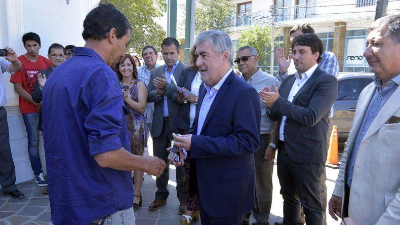 El gobernador Mario Das Neves durante la entrega de maquinaria a Vialidad y al IPA.