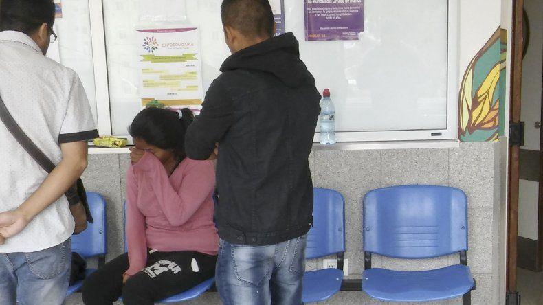 Preocupación. La madre de la beba recibe la contención de familiares y amigos en Terapia Infantil del Hospital Regional.