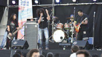 La banda Séptimo Día realizó un homenaje a Soda Stereo en el escenario principal del Festival. En el exterior actuaron bandas como Tierra de Locos.