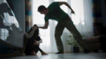 amenazo de muerte a su expareja y termino herido tras romperle los vidrios de la casa