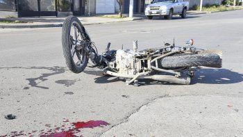 La motocicleta quedó destruida tras el impacto contra la parte trasera de la camioneta Chevrolet S-10 cuyo conductor se fue y luego se presentó en el lugar del accidente ante la recomendación de sus familiares.