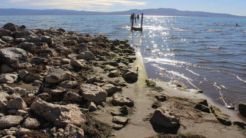 Alarmante: desde la orilla del Lago Muster se puede ver el acueducto