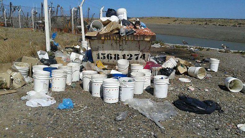 La Secretaría de Pesca realizó trabajos de limpieza en el puerto de Rawson.