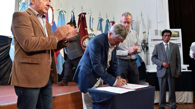 El gobernador en la oportunidad firmó el contrato de obra por más de 9 millones de pesos para la ejecución del edificio del Archivo Provincial para la Memoria en Trelew.