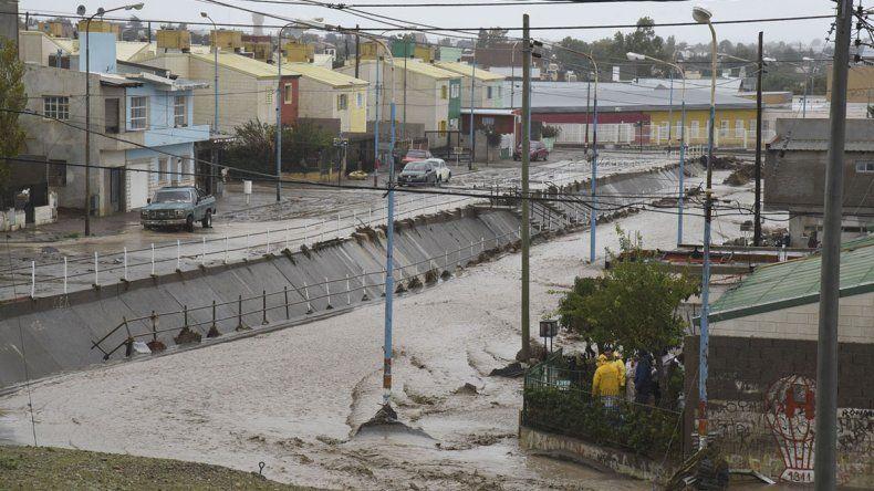 El canal evacuador de la avenida Roca ayer completamente desbordado.