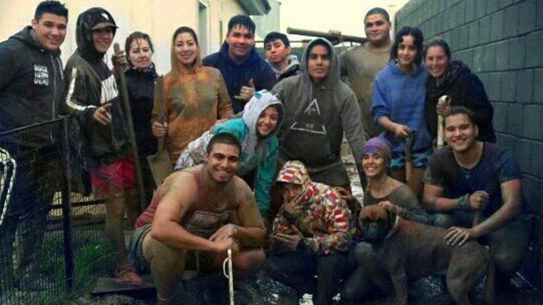 Los integrantes de la rama de rugby del Deportivo Portugués dando una mano a los damnificados del barrio Juan XXIII.