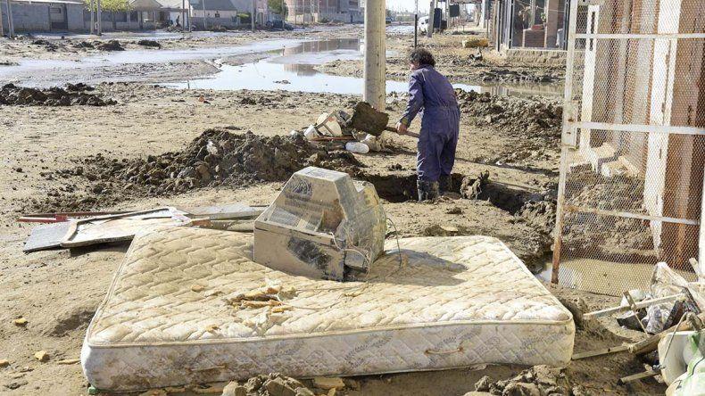 En el Abel Amaya los vecinos también tratan de sacar el barro acumulado en el frente de sus viviendas.