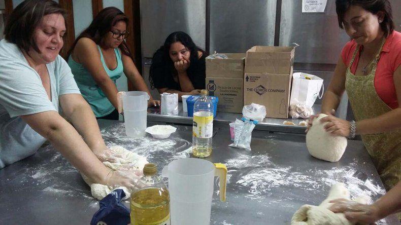 Los docentes de la Escuela 711 prepararon 120 viandas diarias. en una iniciativa impulsada por la profesora Verónica Barría.