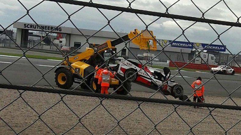 La grúa retira el auto de José María López ayer en el circuito de Silverstone.