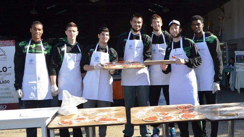 Jugadores profesionales  de Gimnasia cocinaron a beneficio de la ciudad