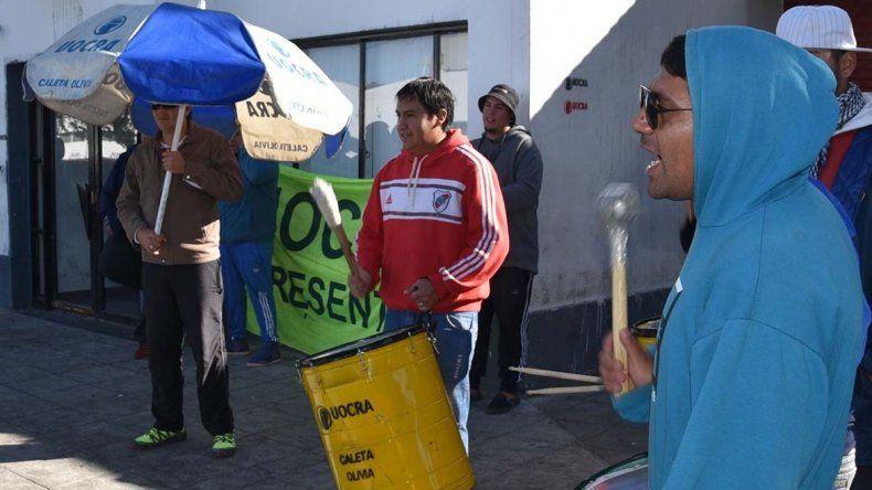 Obreros desocupados de la construcción plantaron ayer un campamento frente el edificio municipal.