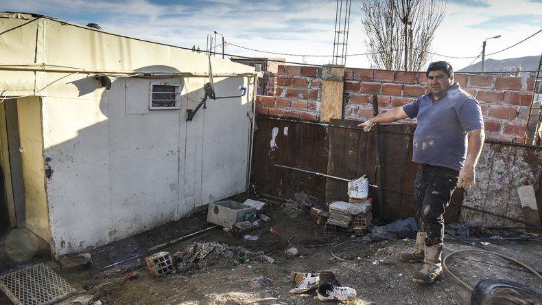 Desde el viernes la familia Palma espera que YPF sanee el petróleo que afloró en su vivienda del Abásolo.