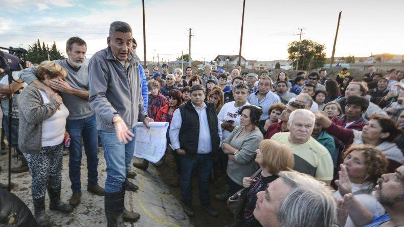 Esta vez un centenar de vecinos fue el que reclamó una urgente acción municipal para limpiar el barrio.
