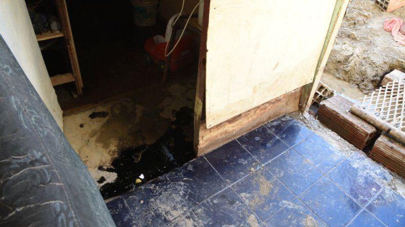 Hace cuatro días que el petróleo aflora en una casa del Abásolo